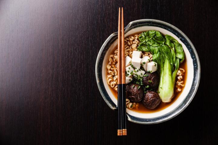 Leckere Ramensuppe mit Pak Choi, Chitaki Pilzen und Tofu